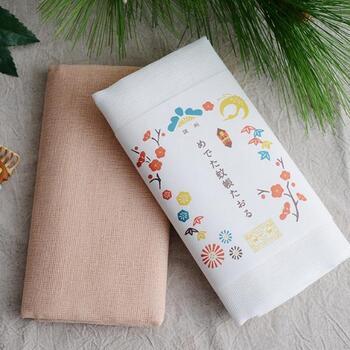 綿100%素材で作られた蚊帳生地は、吸水性と速乾性に優れていて、洗うことで優しい肌触りになっていくのが特徴です。乾きも早い蚊帳生地タオルは、キッチンタオルとしてもおすすめ。シンプルなカラーリングのタオルを、松竹梅と鶴をあしらったパッケージで包んだ「めでた蚊帳たおる」は、ギフトやご挨拶などにもぴったりのアイテムです。