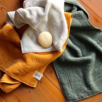 幸せな心地の肌触りと、使い心地を追及して作られた、プレミアムコットンシリーズのフェイスタオル。オーガニック認証を受けた綿をぎりぎりの強度で「超甘撚り」の糸に仕上げ、職人が驚きの柔らかさのタオルに織り上げています。ヴィンテージ感のある、カラーリングも魅力のひとつですね♪