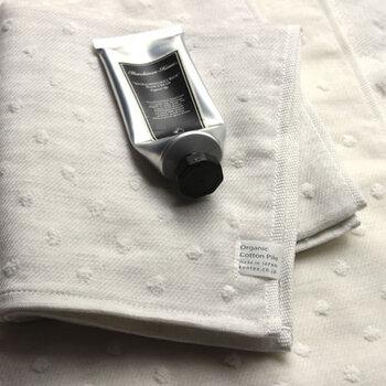 昔ながらの織機を使って織り上げるタオルは、糸に負担を掛けずにゆっくりと作られるため綿本来の柔らかさを残したタオルに仕上がります。オーガニックコットンの無援糸をドット柄のパイルに採用し、吸水性にも優れた優しい肌触りのフェイスタオルです。