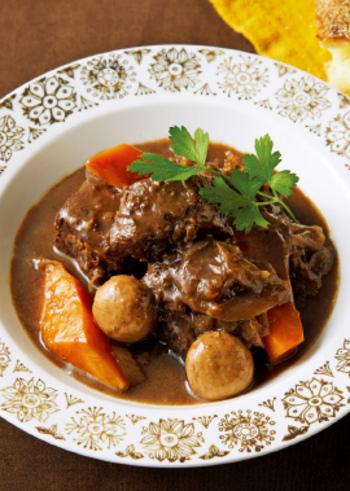 牛肉のかたまり肉にクローブを刺して、じっくりと煮込みます。寒い日におすすめのスペシャルなメイン料理ですね。おもてなしにもよさそう。