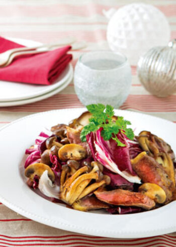 牛肉ときのこのうまみに、赤ワインや醤油を使った濃厚なソースがからみます。ステーキ用の肉を使えば、豪華なひと品に。トレビスの彩りもいいですね。