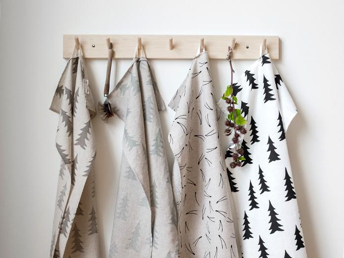 ウェーデンの「FineLittleDay(ファインリトルデイ)」から、アイコン的デザインのグラン(モミの木)が描かれたキッチンタオルが登場しました。シンプルで暖かみのあるデザインは、北欧テイストが好みの方にもおすすめ。お皿や手を拭くのはもちろん、目隠しとして掛けたりカフェカーテンとして活用するのも素敵です。