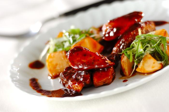 和食の定番、ぶりの照り煮に赤ワインを加えることで、洋風の味わいに。和食膳にも、洋食コースにも使える一品ですね。コクがあって、おつまみにもなります。