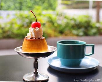 渋谷キャストのビル内ある北欧風カフェ「Are(オーレ)」。(お茶はもちろん、モーニングからディナーまで楽しめます。)  昔ながらの固めのプリンは、卵の風味が濃厚。レトロな盛り付けもキュートです。