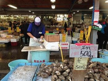 「那珂湊おさかな市場」は、大洗水族館からも近く、那珂湊漁港前に11店舗が軒を連ねてます。一般の方も利用できる市場で、新鮮な魚介類のお買い物はもちろん、岩ガキやカニ汁などの食べ歩きも楽しめます。