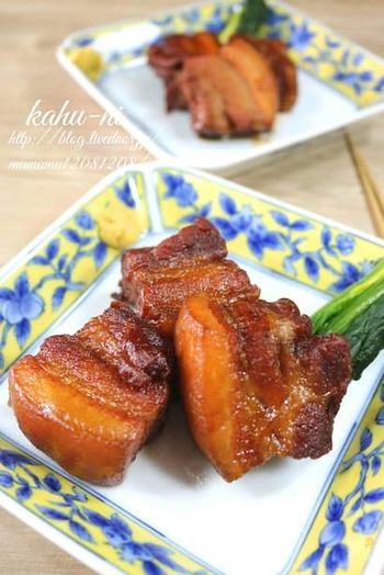 とろける食感の角煮は、圧力鍋と相性の良いレシピです。あらかじめ焼き目を付けて茹でた豚肉と、調味料などを圧力鍋に入れるだけ。ご飯が止まらなくなりそう!