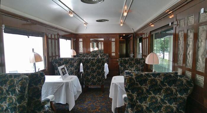 ラリックが室内装飾を手掛けた、ヨーロッパの豪華寝台列車「オリエント急行」の車両が敷地内に展示されています。1929年に開通し、一度は運航休止になりながらも復活して2001年まで現役で活躍した車両で、食堂車のテーブルや椅子も当時のまま。  繊細なデザインのランプシェードや大小156枚の室内に貼られたガラスパネルは、色あせることなく輝きを放っています。この車両で楽しめる予約制のティータイムもぜひおすすめ。