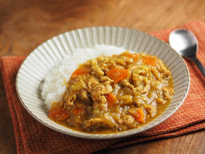 カレー粉と小麦粉で作るポークカレーレシピ。市販のルーに比べてあっさりとしていて、どこか懐かしい味わいになります。カレー粉を増やすことで、辛さを調整することもできますよ。