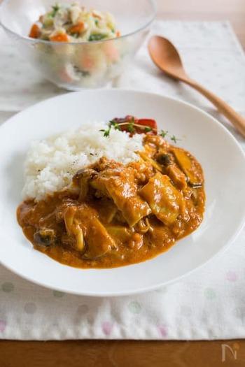 ヨーグルトやココナッツミルクを使った、マイルドなチキンカレー。タンドリーチキンの要領でお肉を前もって漬け込むので、しっとり柔らかに仕上がります。