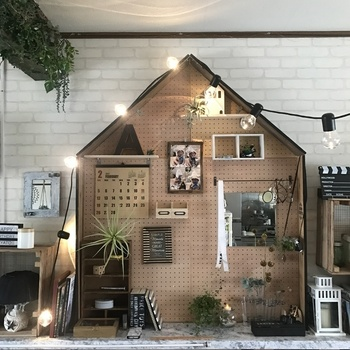 有孔ボードを組み合わせてお家の形に。飾り棚やバーを付けると、収納力と使いやすさもアップ!写真やカレンダーを飾ったり、いろいろな楽しみ方ができます。形を変えるだけで、ユニークでおしゃれな収納スペースになりますね。