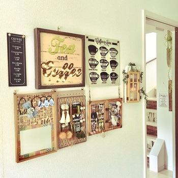 ポスターなど他のディスプレイと一緒に飾ると、壁を個性豊かに演出できますよ。