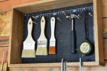 杉板で作った枠と有孔ボードを組み合わせた棚。有孔ボード用のダボを取り付けるとツールボックスに。置いたままでも使えますが、クギで壁に取り付けて壁面収納として使っても◎