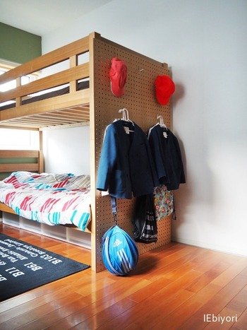 子供の2段ベッドにネジで有孔ボードを固定して、壁面収納にしているそうです。フックにハンガーをかけるだけなので、子供でも脱いだらすぐに片づけられます。