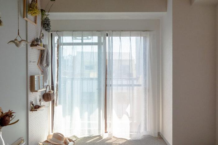 狭いお部屋に棚を置いてしまうと、圧迫感を感じる窮屈な空間になってしまいます。そんなとき有孔ボードで壁面収納を作れば、すっきりと見せる収納が叶います。バッグを掛けたり、ドライフラワーを飾ってみたり、自分の個性も発揮できそうですね。