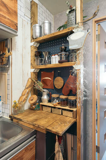 ラブリコと有孔ボードを使った作業台兼収納棚。板を2枚使ってシェルフとしても使えるつくりに。有孔ボードと木の組み合わせがスタイリッシュですね。