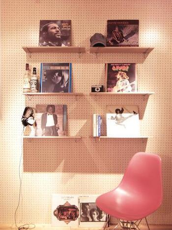 有孔ボードに棚を作って趣味のレコードを立て掛けています。他にも、雑貨などお気に入りのコレクションを飾っても素敵ですね。
