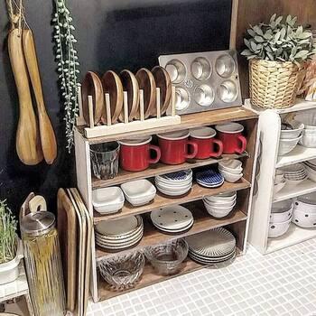 木板とクギだけで作る「ミニオープンシェルフ」。作り方は木板をボンドとクギで固定し、塗装したら完成です。キッチンカウンターに置けるサイズ感で、お気に入りのマグや小さな器などを飾りながら収納できます。