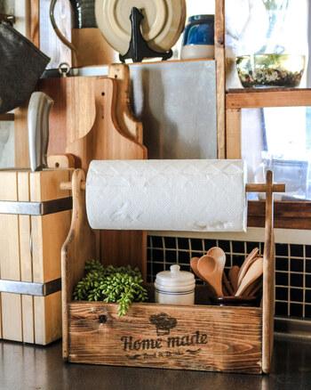 100均のウッドボックスとカッティングボードを組み合わせて作る「キッチンペーパーラック」。オールドウッドワックスで塗装し、おしゃれなロゴを転写することでプチプラとは思えない仕上がりに。下のボックスには調味料やカトラリーなどを収納できます。