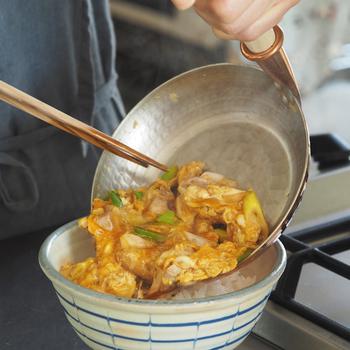 熱がムラなく均一に伝わる銅製の鍋なら、今までの手順で作っても、卵が簡単に専門店の親子丼のようなふんわりとした半熟状態の仕上がりになるので、いつもより見た目も味もアップしそう。