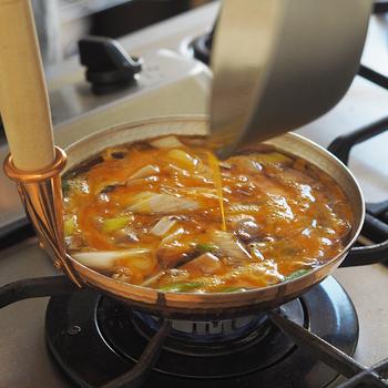親子4代に渡り銅鍋などを製作している中村銅器製作所の、熱伝導性も保温性もすぐれた銅製の「銅製親子鍋」。