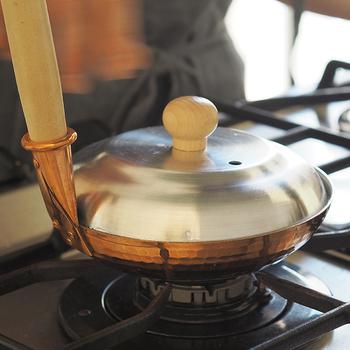 親子丼だけでなく、卵でとじるかつ丼やたまご丼など様々な料理に使えて便利。小も深鍋もそれぞれ専用のフタが別売りであるので、あわせて購入すれば、親子丼の最後の仕上げのたまごの蒸らしがバッチリでき、より美味しくふわふわの卵に仕上がります。