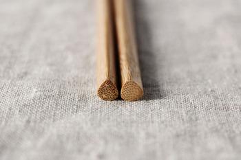 こちら「SUNAO」の菜箸は、折れにくい孟宗竹で作られており、持ち手の部分は三角形になっていて、握りやすく使い勝手もバッチリ。親子丼以外の調理でもしっかり活躍してくれそう。