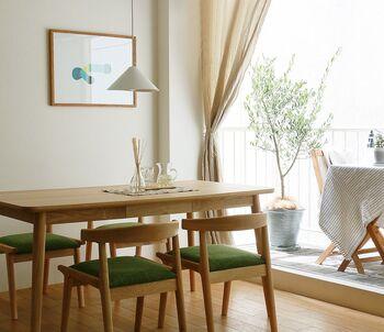 カーテンもお部屋で大きな面積を占めるアイテムです。色はもちろん、素材を変えるだけでも効果あり。リネンやコットンならやわらかく優しい雰囲気に、遮光タイプの厚手の生地は、モダンな印象にしてくれます。