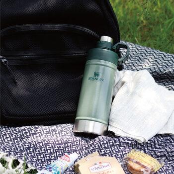 お湯を準備していくもよし、コーヒーを自宅から予め淹れておくもよし、ピクニックで大活躍のおすすめアイテムである「STANLEY(スタンレー)」のクラシック真空ボトル。孫の世代まで使い続けることができる、高い保温性と保冷性を兼ね備えた優れものです。