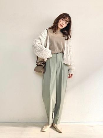 裾がきゅっと締まったペールグリーンのテーパードパンツは、脚長に見えてスタイルアップ効果抜群。オフホワイトやベージュなどの淡いカラーとのまとまり感もばっちりです。
