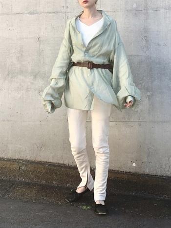 透け感のあるペールグリーンのビッグシャツが主役のきれいめコーデ。ベルトのウエストマークとボリュームのある袖が、大人っぽいスタイルに女性らしさを添えてくれます。