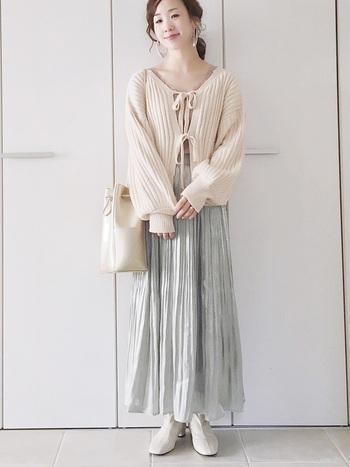 女性らしいプリーツスカートも、ペールグリーンを選ぶと甘くなりすぎずクリーンな印象に。スカート以外をアイボリーでまとめて、統一感のある春らしいスタイリングに。