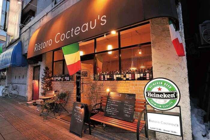 駅前大通り、あがたの森へ向かう右側にあるイタリアンレストラン。徒歩7分ほど、窓辺にワインが飾られたおしゃれなお店です。お肉料理が自慢です。
