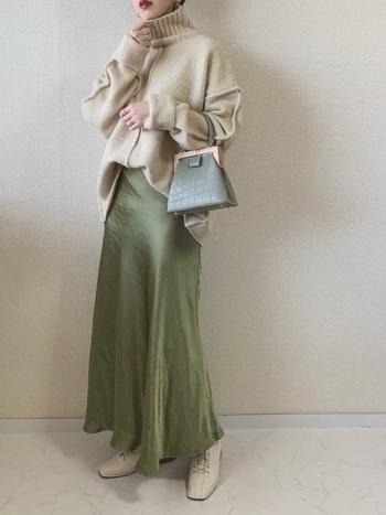 クロコ風のミニバッグは、シンプルコーデに個性を加えてくれます。グリーンのスカートと馴染ませて、大人の洗練コーデを楽しんで♪