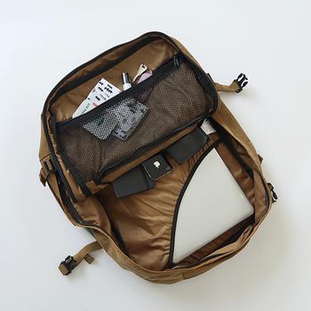持ち運びは、パソコンがガサッと入る心強いバックパックがおすすめ。イギリスのバックブランド「cabin zero(キャビンゼロ)」のバックパックは、A3サイズも入る大容量。内側のポケットも小分けに分かれており、使い勝手抜群!