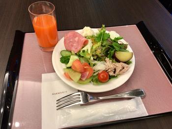 新鮮な野菜たっぷりの朝食ブッフェ。他にも信州らしいメニューが取り揃えられています。吹き抜け空間の広々とした格調高い建物で朝のひとときを。プチ贅沢気分を味わえます。