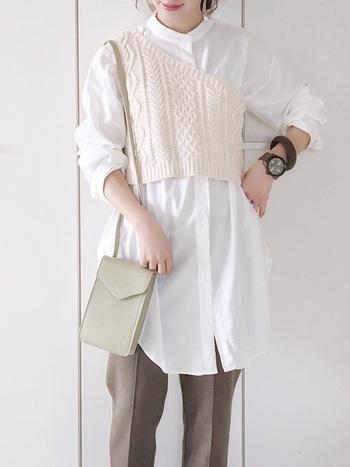 洋服でペールグリーンを取り入れにくい場合は、バッグなどファッション小物から挑戦してみるのもおすすめ。トレンドのミニショルダーは、スクエアフォルムがマニッシュな印象で、シンプルコーデにマッチします。