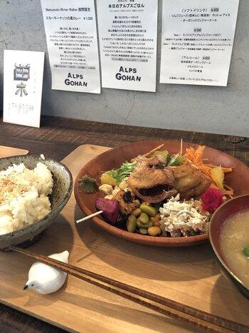 メニューは、四季折々の野菜をふんだんに使った日替わり定食「本日のアルプスごはん」と、つむぎやの黒カレー&季節のサラダなど。野菜メインの優しい味です。黒ゴマ使用の黒カレーも人気です。