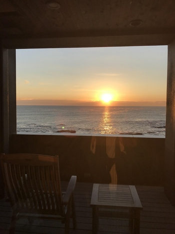 波打ち際まで30m。一日中眺めていても飽きの来ない壮大で美しい景色と、心地良い波のリズムは忙しい日々を忘れさせてくれる贅沢なひと時。