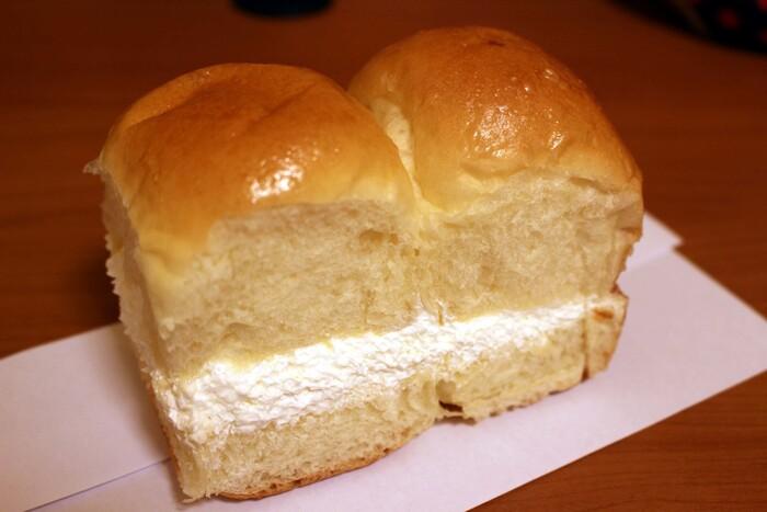 松本の定番、牛乳パン。ふわふわのパンでミルククリームをサンドした素朴な味わいです。クリームたっぷりですが、軽い口当たりでペロッといけちゃいます。パンの種類が多いけど今風ではない懐かしさを感じるパンが多数。価格もリーズナブルで嬉しい♪