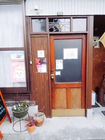 松本城から外れた路地裏に、ひっそりとあるブックカフェ。土間の玄関と八畳一間の小さな店内は、親戚の家に来たような懐かしさを感じます。