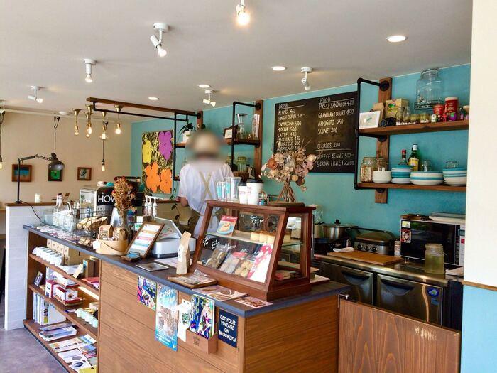店内にはキャップやTシャツ、雑貨類が並び、空色と白の壁面のコントラストが素敵な雰囲気です。店名には「ハイタッチ」の意味があるそう。地元の人、旅行客、楽しげな会話が飛び交います。