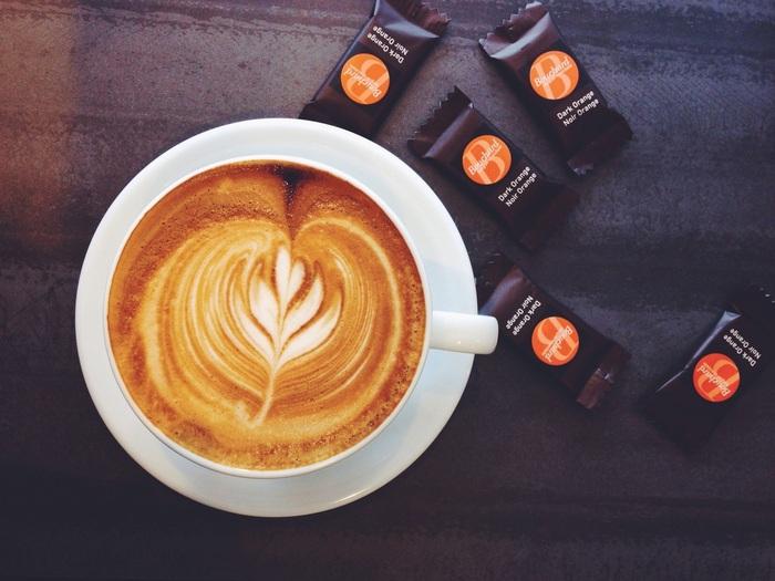 繊細なラテアート。フードメニューもあります。テイクアウト、イートイン、そのときどきの気分に合わせてコーヒーを味わえるお店です。