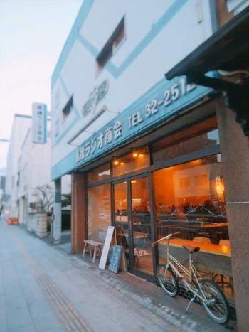 こちらの「栞日」は、電気屋「高橋ラジオ」の店構えそのままに、中は素敵にリノベーションしています。カフェ、古本販売、夜はお酒も楽しめ、作品展示やワークショップも随時行っています。