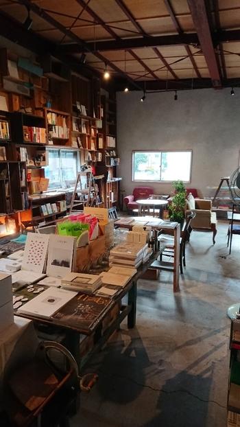 2階は本に囲まれた素敵な空間。ポップカルチャーから現代アート、雑貨までいっぱいにディスプレイされています。コーヒーを飲みながらゆっくりくつろぐことができます。