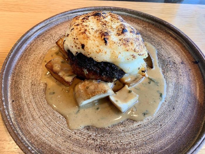 ランチは前菜、メイン、デザートが付きます。こちらはジビエの鹿肉ハンバーグ。地元食材を使った前菜やデザートも美味しいと評判です。
