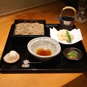 蕎麦の味は日本一とも言われるほど。香り高い蕎麦にすっきりとした味わいのつゆがよく合います。  天ぷらもサクサクで、蕎麦と共に人気。