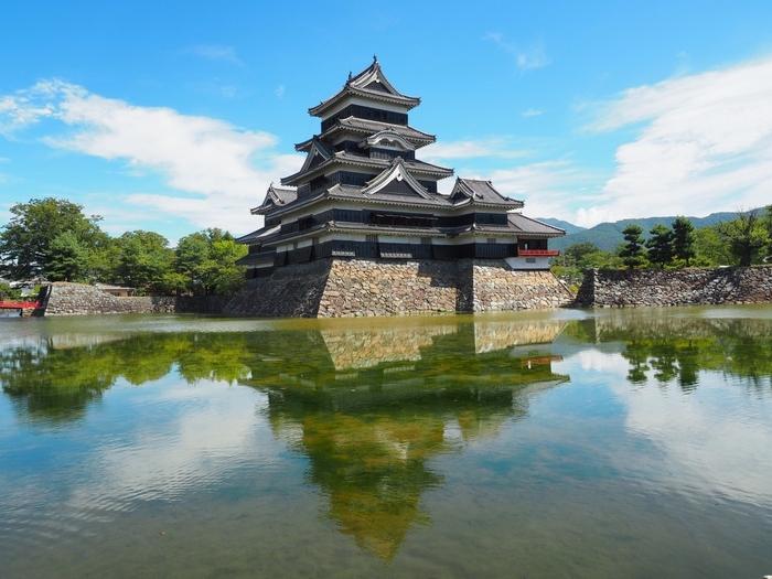 国宝松本城。戦国時代、永正年間に造られました。現存する五重六階の天守の中で、最古の国宝の城です。遠く北アルプスの山々が見え、お堀の水面に映る姿が美しく、黒と白のコントラストがきれいです。お城ファンにも人気が高く、週末は観光客でにぎわっています。
