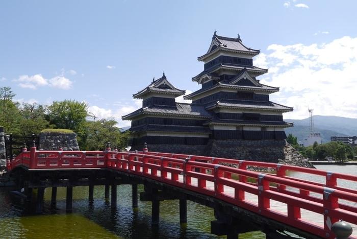 松本城埋(うずみ)の橋。お堀には鯉が優雅に泳いでいます。橋の赤とモノトーンのお城が写真映えしますね。四季折々、見る角度によっても表情を変えるお城です。