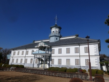 松本城と並ぶ人気観光スポットの国宝旧開智学校。明治9年、県内初の小学校として建設されました。擬洋風建築の代表といえます。