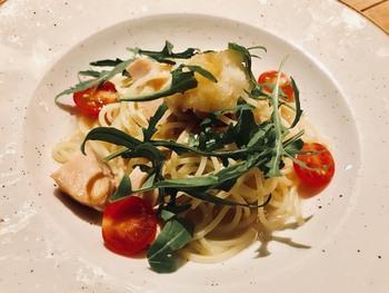 ランチはパスタ(ミニサラダまたはスープ付き)やハンバーガーの他、コースメニューもあります。  パスタはもちもちとした食感の麺にソースがよく絡んでおいしいと評判。日替わりなので、行く度に違うメニューが楽しめます。